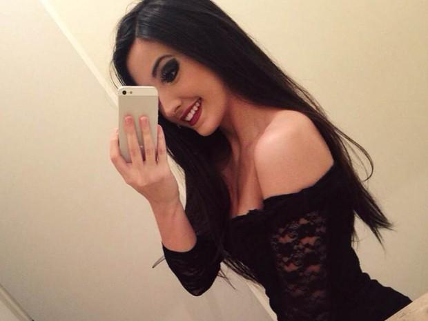 Mariana Nolasco, paulista de 16 anos que ficou famosa com covers na web, tira foto no espelho para postar no Instagram (Foto: Divulgação)