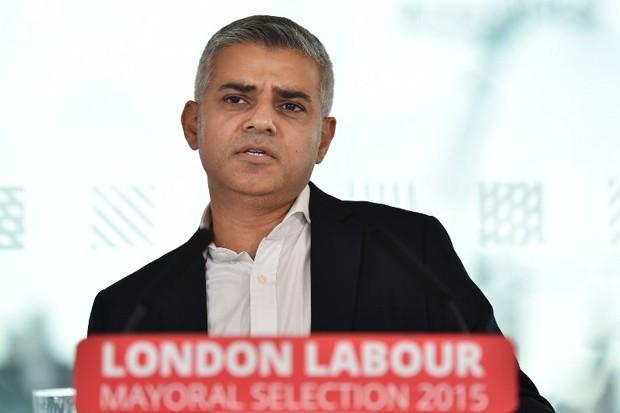 Sadiq Khan, que é muçulmano, discursa nesta sexta-feira após ter sido escolhido candidato à Prefeitura de Londres pelo Partido Trabalhista (Foto: Ben Stansall/AFP)