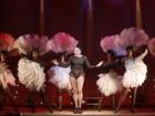 Com quase 60 anos, Totia Meireles exibe superpernas no teatro