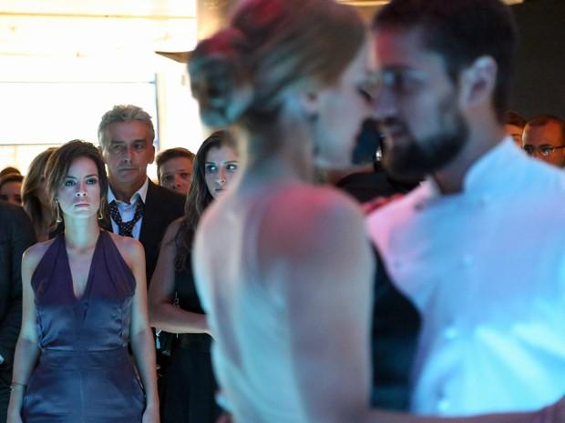Clara fica furiosa ao ver Cristina dançando com Vicente (Foto: Carol Caminha/ Gshow)