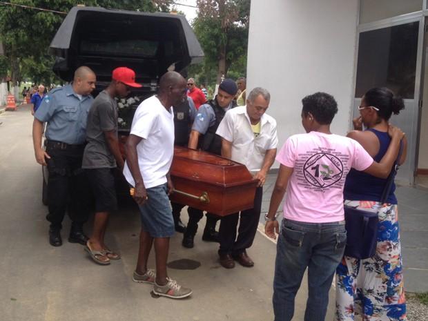 O corpo do cabo Rogério chega ao cemitério (Foto: Matheus Rodrigues/G1)