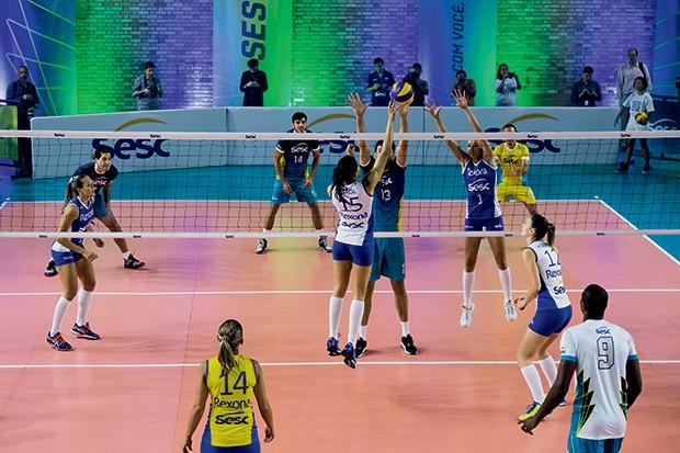 JOGO DE EXIBIÇÃO: na apresentação dos times, astros e estrelas do vôlei disputaram um set com equipes mistas (Foto: Ricardo Miura)