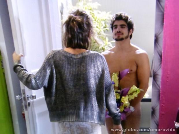 Patrícia abre a prota e dá de cara com Michel nu (Foto: Amor à Vida / TV Globo)