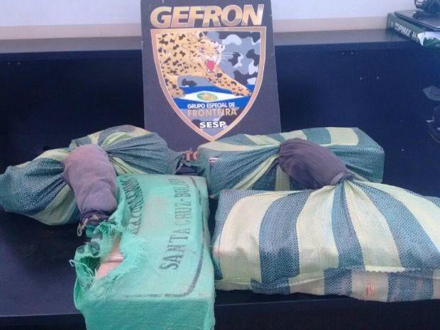 Os sacos eram carregados por dois homens, que abandonaram a carga com 40 tabletes de pasta base de cocaína (Foto: Assessoria Gefron MT)