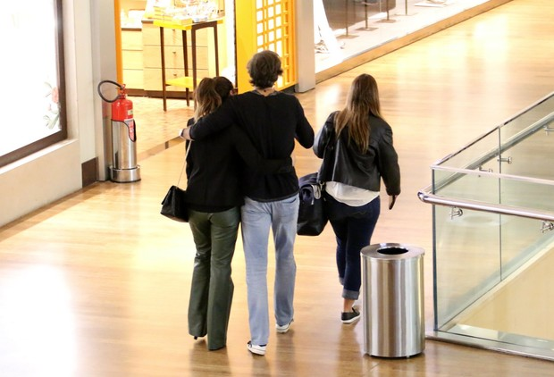 Giovana Antonelli e marido no shopping (Foto: Delson Silva / Agnews)