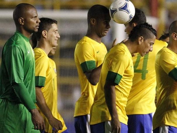 Seleção Brasileira entra em campo sob o comando de Mano Menezes (Foto: Agência AP)