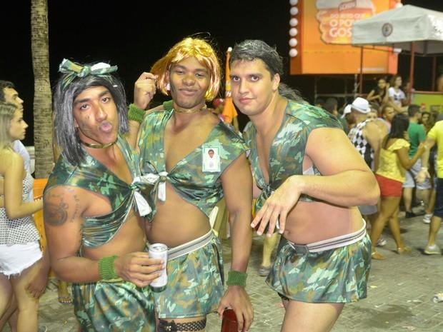 """Foliões se vestem com fantasia que lembra a música """"Metralhadora"""", da Banda Vingadora. Uma das fortes concorrentes à música do Carnaval. (Foto: Diogo Macedo/Ag Haack)"""
