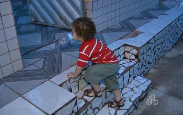 Escadas e móveis são os maiores perigos para as crianças dentro de casa (Foto: Acre TV)