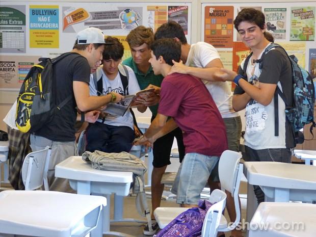 Meninos enlouquecidos com a revista encontrada por Junior  (Foto: Malhação / TV Globo)