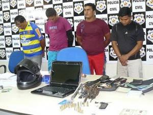 A Polícia encontrou com os quatro homens dois revólveres calibre 38, um computador e telefones celulares (Foto: Divulgação)
