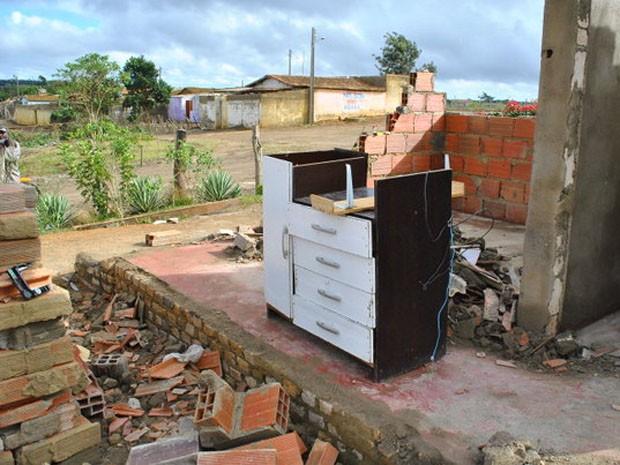Móveis destruídos em casa após vendaval em Vitória da Conquista (Foto: Anderson Oliveira/ Blog do Anderson)
