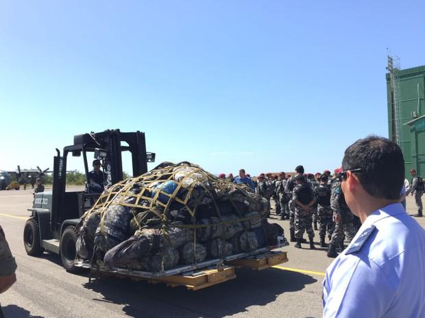 Segundo tenente coronel da FAB, agentes trouxeram 5,5 toneladas de equipamentos para reforçar a segurança nas unidades prisionais do estado (Foto: Inaê Brandão/G1 RR)