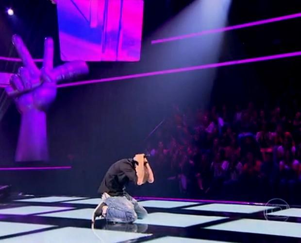 Joey Mattos comemora a virada de Brown no último segundo (Foto: The Voice Brasil / Tv Globo)