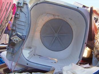 Menino foi encontrado dentro de máquina de lavar roupa. (Foto: Reprodução / TV Globo)