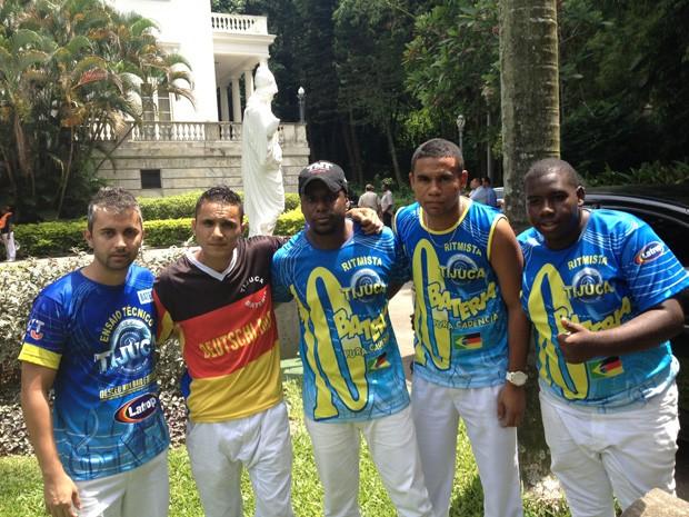 Ritmistas da Unida da Tijuca no Palácio da Cidade do Rio, depois do assalto (Foto: Renata Soares/G1)