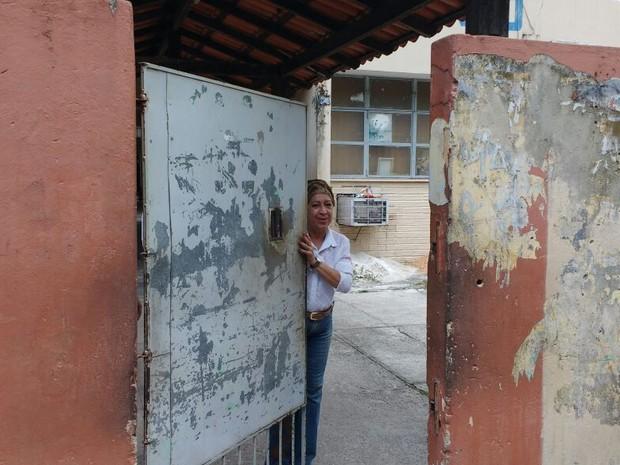 Portões de escola fecharam com a entrada de apenas 8 candidatos do Enem.  (Foto: Arthur Sobral/G1)