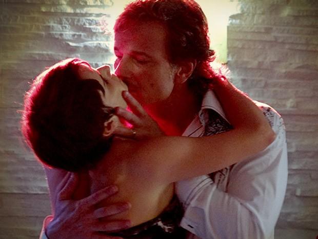 Max quase beija Nina (Foto: Avenida Brasil/TV Globo)