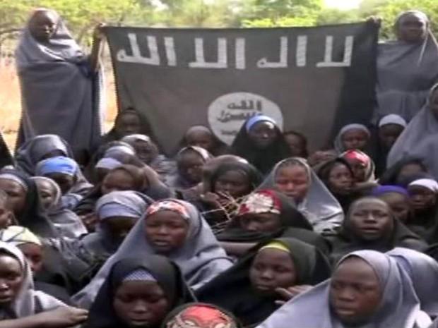 O grupo islamita ultrarradical Boko Haram divulgou nesta segunda-feira (12) um novo vídeo no qual diz mostrar as jovens nigerianas que foram sequestradas de uma escola local em abril (Foto: Boko Haram/AFP)