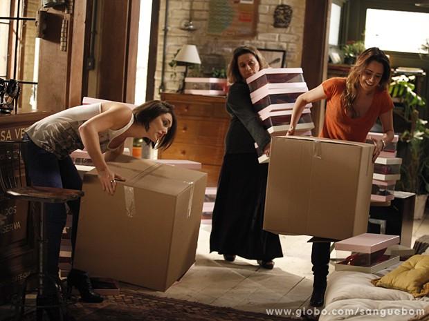 Giane, Madá e Malu deixam sapatos de Amora na casa de Bento (Foto: Sangue Bom/TV Globo)