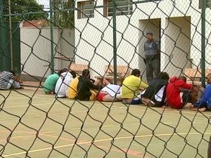 Presos são colocados em quadra da delegacia de Araraquara (Foto: Ely Venâncio/EPTV)