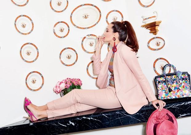 Conjunto Maje, sapatos Hermès, chapéu comprado na Itália e bolsa Hermès customizada por Olivia Lambiasi (Foto: Thiago Justo)