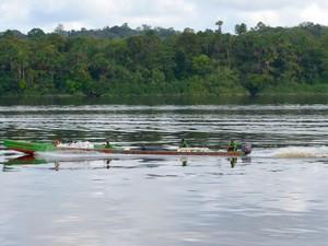 Travessia entre Amapá e Guiana Francesa acontece por embarcações pequenas (Foto: Abinoan Santiago/G1)