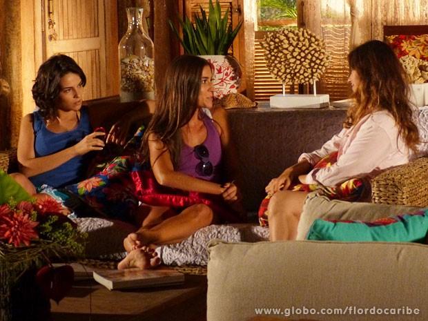Carol convida Natália para festa na casa dos tenentes (Foto: Flor do Caribe / TV Globo)