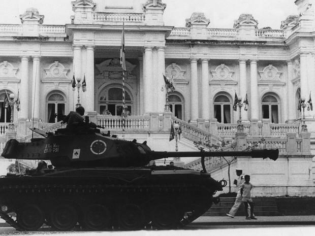 Um tanque de guerra do exército em frente ao palácio da Guanabara no Rio de Janeiro após golpe em 08 de abril de 1964 (Foto: Arquivo/Estadão Conteúdo)