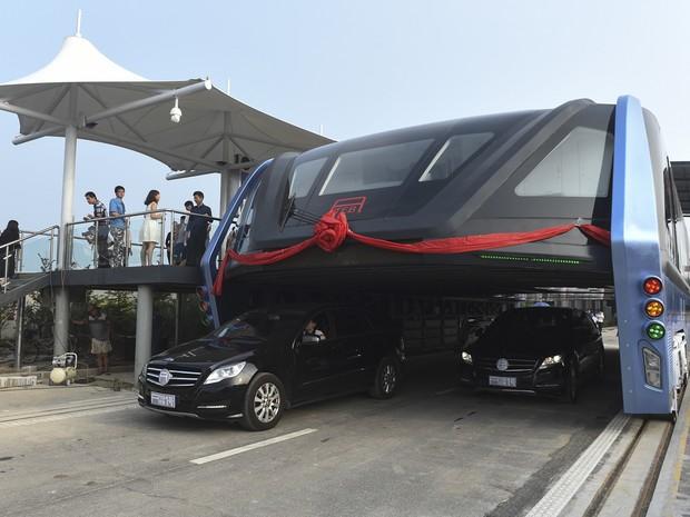 Ônibus elevado deixa os carros passarem por baixo (Foto: Luo Xiaoguang/Xinhua via AP)