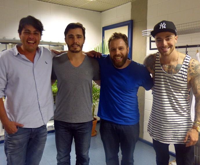 Bruno, Thiago, João e Felipe posam para fotos no camarim dos estúdios do Esquenta! (Foto: Gabriella Dias/Gshow)