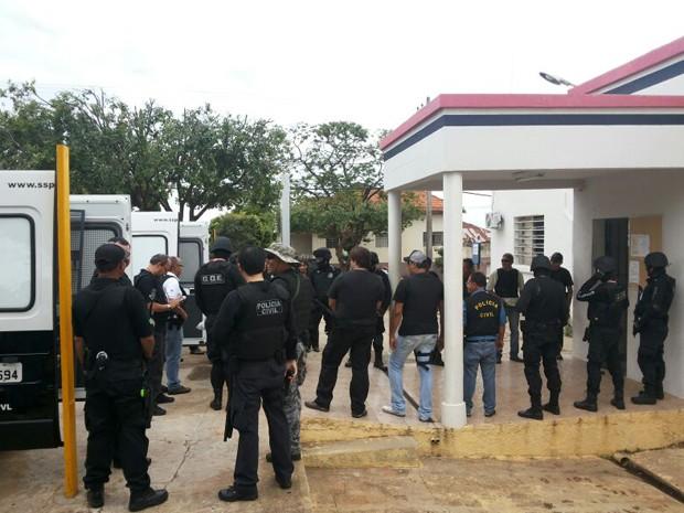 Policiais saíram da Cadeia de Presidente Venceslau na manhã desta quinta-feira (20) (Foto: David de Tarso/TV Fronteira)