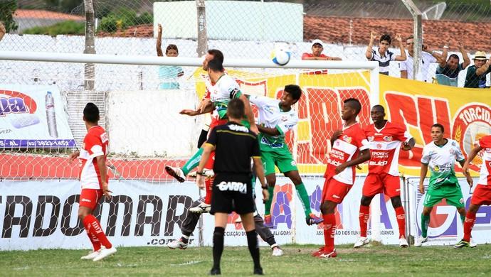 Tozin marca, de cabeça, o segundo fo CRB contra o CEO (Foto: Ailton Cruz/ Gazeta de Alagoas)