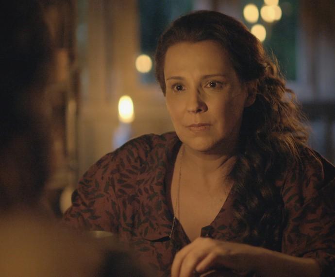 Emília conversa com o marido na tapera (Foto: TV Globo)