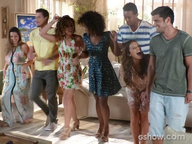 Pé de valsa! Erika não economiza no molejo e dá show de dança (Foto: Em Família/TV Globo)