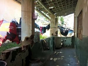 Das sete famílias que moram na creche abandonada de Dona Inês, três aguardam conclusão das casas (Foto: Diogo Almeida/G1)