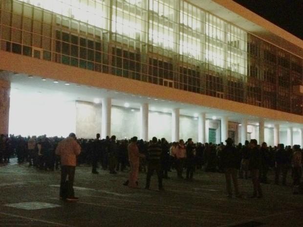 Polícia Militar impediu a entrada dos manifestantes no prédio (Foto: Ana Zimmermann/RPC TV)