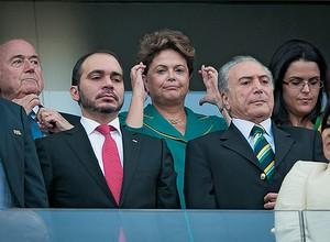 BLINDADOS Blatter e Dilma na tribuna, durante  a estreia do Brasil,  no Itaquerão. Pela primeira vez em  30 anos, a abertura ocorreu sem discurso de chefe de Estado (Foto: Ricardo Nogueira)