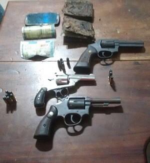 Todas as armas de fogo utilizadas no crime foram encontradas, além das carteiras e dos celulares das vítimas carbonizadas. (Foto: Polícia Civil)