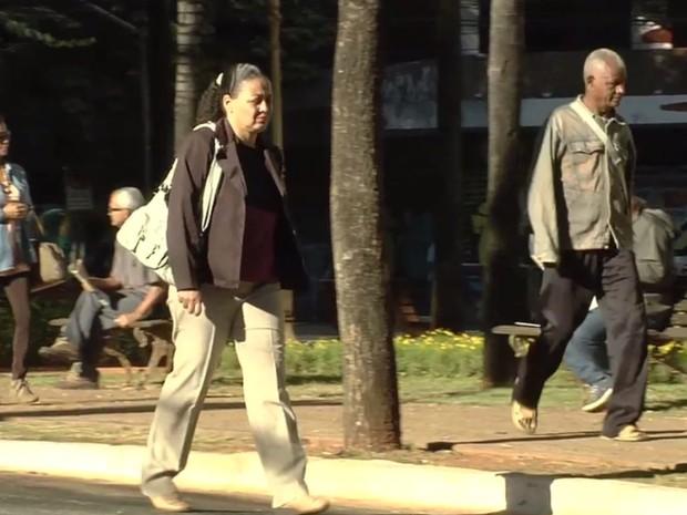 Goianos são surpreendidos pelas baixas temperaturas, em Goiânia, Goiás (Foto: Reprodução/ TV Anhanguera)