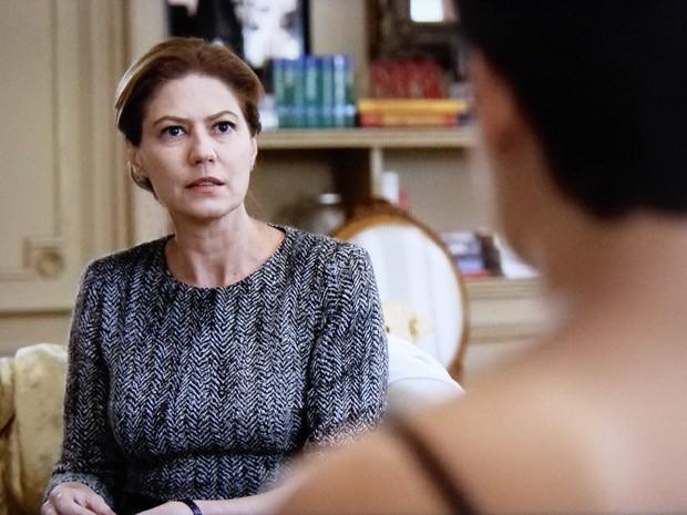 Angela fica surpresa com paradeiro do dossiê (Foto: O Rebu / TV Globo)