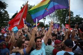 Norte-americanos comemoram aprovação do casamento gay nacionalmente (Foto: AFP)