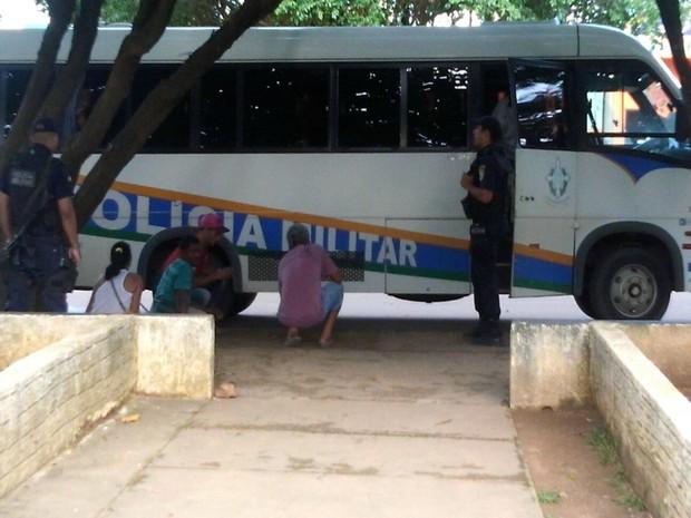 Grupo detido foi levado de ônibus para Delegacia de Ariquemes (Foto: Balanço Notícias/Reprodução)