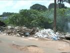 Em São Luís, buraco e lixo em rua do Turu causam danos aos motoristas