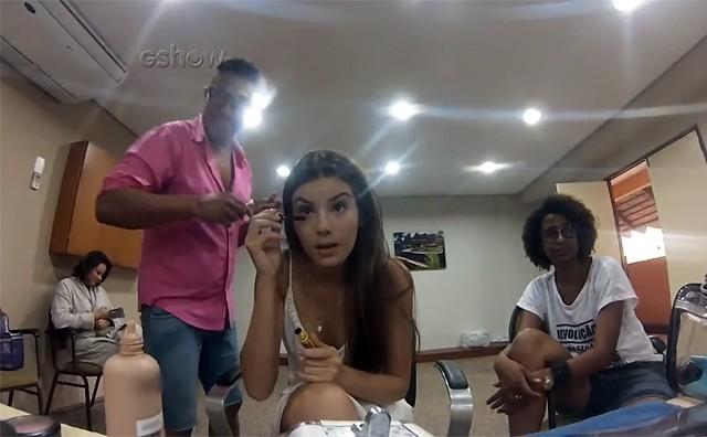 Camila se maquia: 'Todo mundo é filho de Deus' (Foto: Gshow)