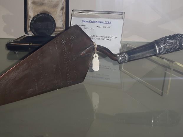Colher usada por Santos Dumont para colocar a pedra fundamental (Foto: Roberta Steganha/ G1)