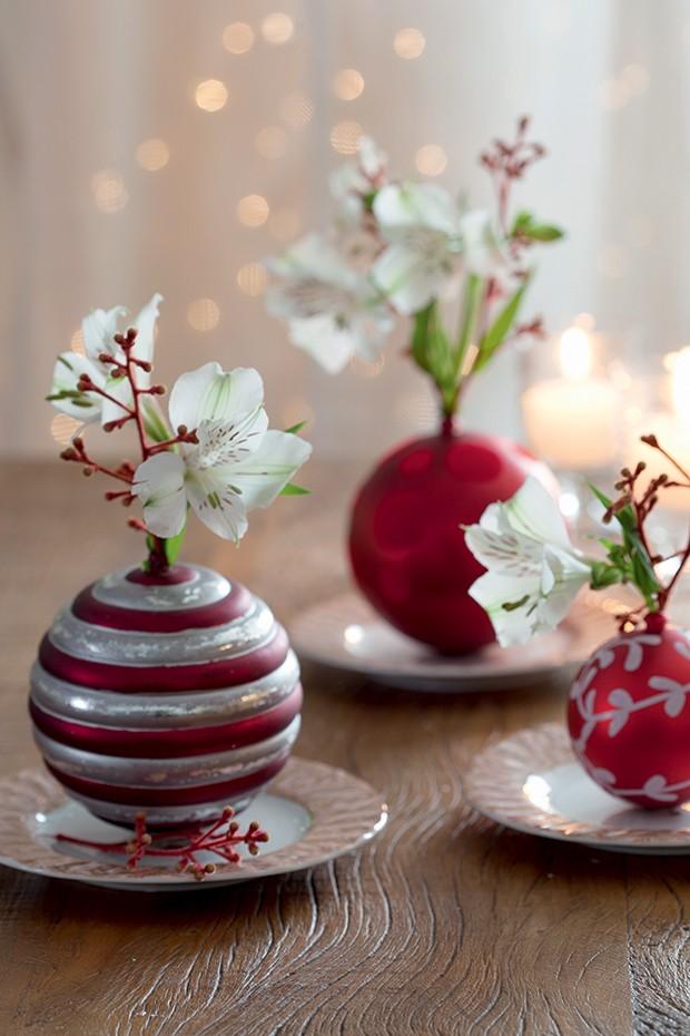 Bolas de Natal viram delicados vasinhos em miniatura (Foto: Cacá Bratke)