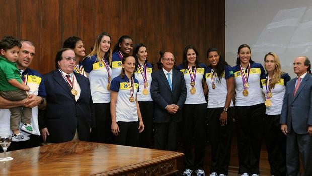 geraldo alckmin time volei feminino medalha premiação (Foto: Marcos Ribolli/GLOBOESPORTE.COM)