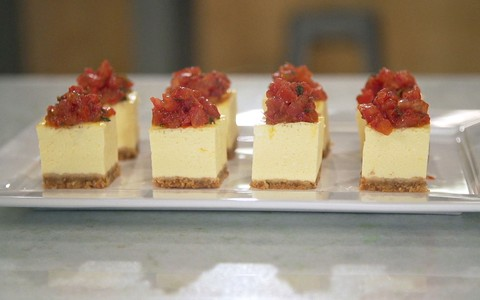Cheesecake salgado com tomate confit