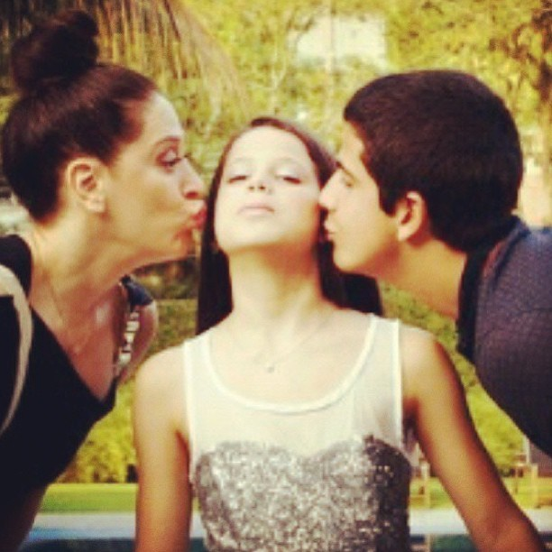 Claudia Raia e Enzo beijam Sophia (Foto: Instagram)