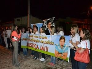 Familiares do universitário foram de Tauá (CE) para Mossoró (RN) exigir justiça (Foto: Geangelles Pinheiro/G1)